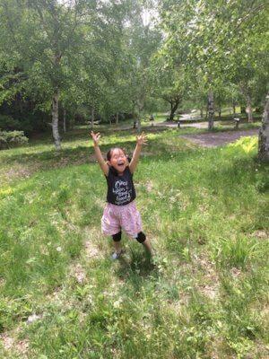 草むらで遊ぶ子ども