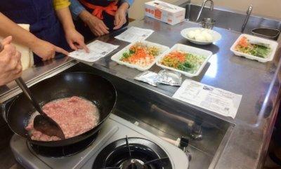 試食会の調理の様子2