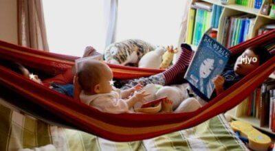 ハンモックで本を読む子供達