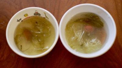 乾物にお湯を注いだ即席スープ