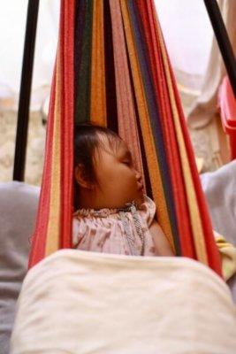 ハンモックでお昼寝する子供