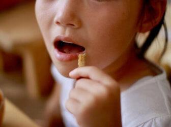 うなぎボーンを食べる子ども
