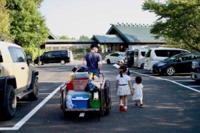 リヤカー引いて荷物を運ぶ画像