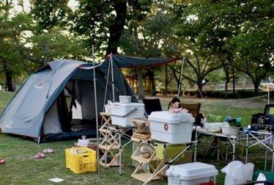 キャンプでテントを張っている画像