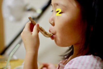 「味噌汁の汁をマイワシの頭ですくって吸い付く次女の怪」画像