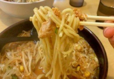 「キムチ納豆ラーメン」の麺