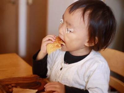 パンケーキを頬張る子供
