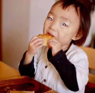 パンケーキを頬張る子ども