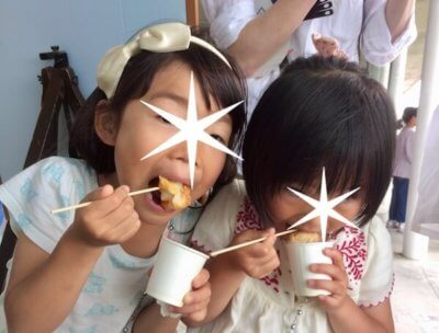 お餅を食べる子ども