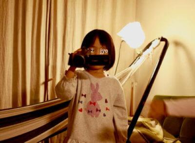 ビデオカメラを構えた子ども