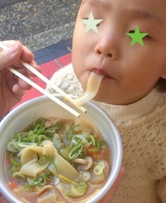 埼玉県深谷市「煮ぼうとう」を食べる子ども