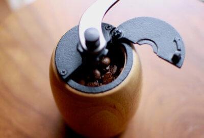 コーヒーミルでコーヒー豆を挽く画像