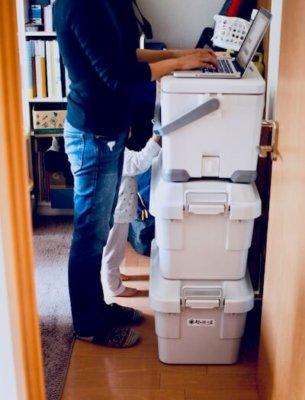 立ってパソコン作業している画像