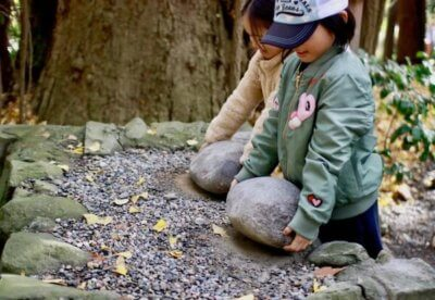 弥彦神社重軽の石
