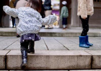 弥彦神社を歩く子ども