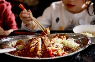 チャンピオンカレーを食べる子ども