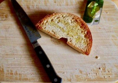 ベーグルにオイルと塩をかけて