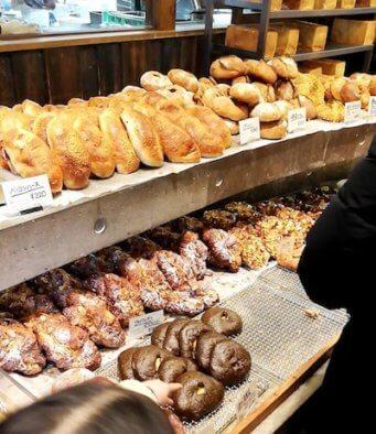 たま木亭のパン陳列棚