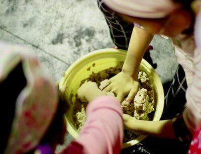 味噌樽で材料を混ぜる画像