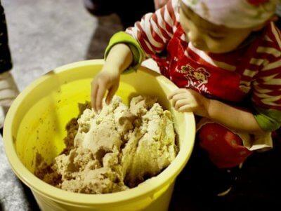 味噌を混ぜる子ども