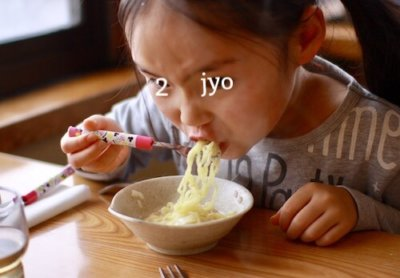 とり野菜まつや桂店の鍋ラーメンを食べる子ども
