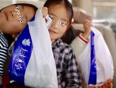 たま木亭で買ったパンを持つ子ども