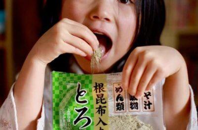 とろろ昆布を食べる子供