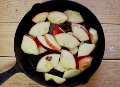 スキレットでりんごを煮る画像