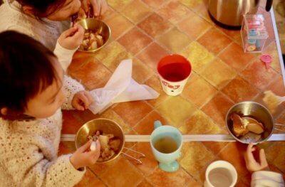 シェラカップにおやつを入れた画像