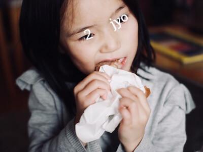 ドーナツを食べる子ども