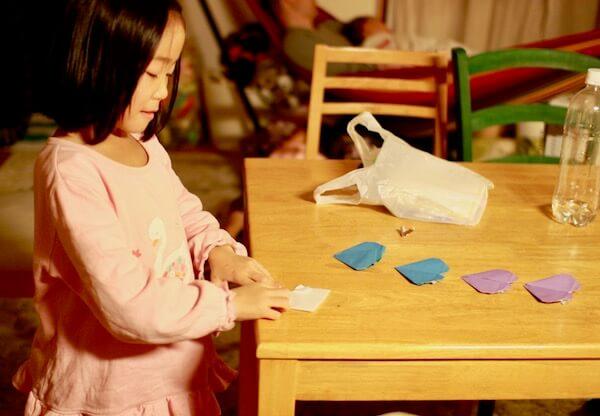 一人で折り紙する長女