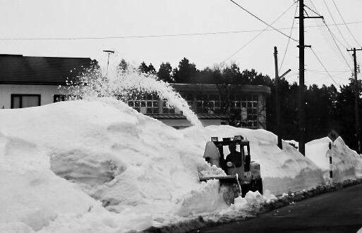 除雪車で雪を退けている
