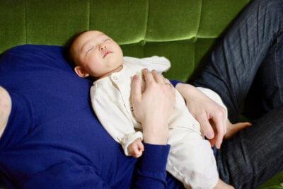パパのお腹の上で眠る赤ちゃん