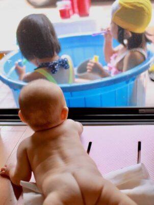 「おむつなし育児」で裸の赤ちゃん