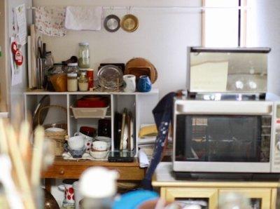 キッチンの食器棚と作業台とカラーBOX