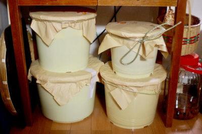 キッチンに置いた味噌樽