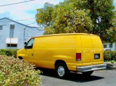 黄色いバンの写真