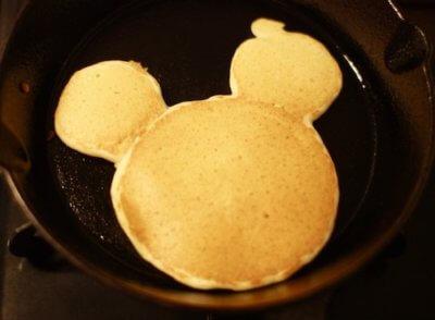 ミッキーマウスの形のパンケーキ