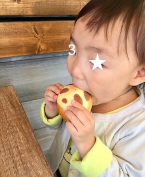 パンを頬張る子供