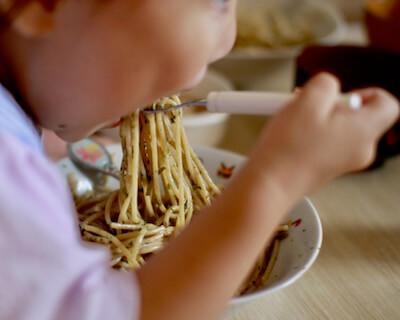 ヘシコンチーノを食べる子供