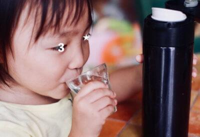 納豆菌水を飲んでいる子供