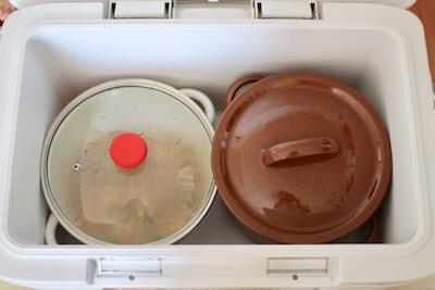 クーラーボックスに鍋が二つ入った画像