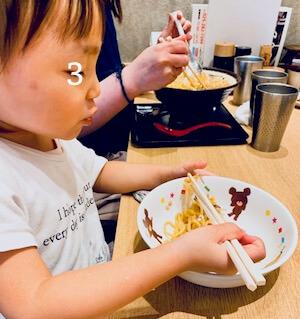 ラーメン屋さんで食べる子供