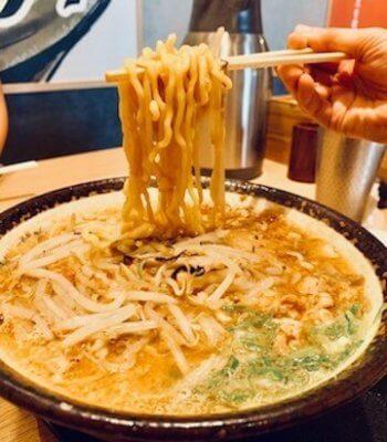 黄色くて太くてほどよくちぢれた麺