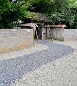 五十嵐邸ガーデンの小道に出る小さな門
