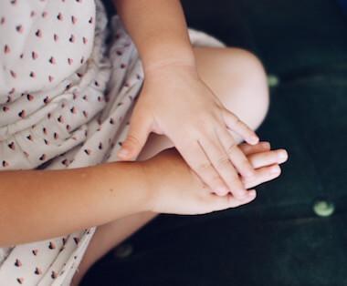 ひまし油を手に塗る子供