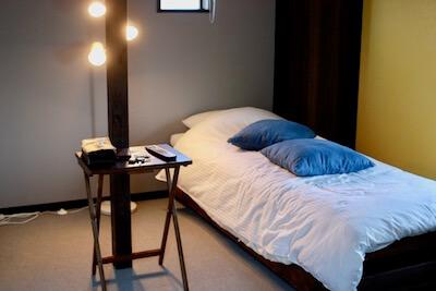 ホテルの部屋のベッド