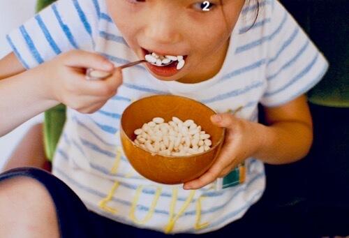 ポン菓子を食べる子供