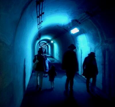 清津峡トンネル内青い光