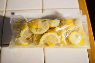 レモンをジップロックに入れて空気を抜いてチャックを閉める